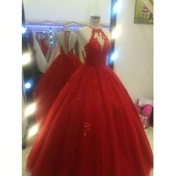 áo cưới đỏ lưng vừa gài nút vừa cột dây...