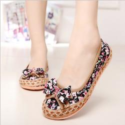 Giày búp bê hoạt tiết hoa bướm.