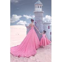 áo cưới hồng đuôi dài chụp ảnh mẹ con