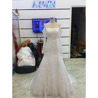 váy cưới tùng chữ a số đo lớn phủ ren đuôi lê