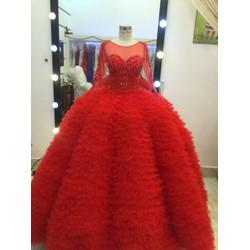 áo cưới đỏ tay dai dịu dàng nổi bật.