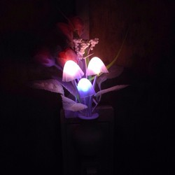 Đèn ngủ cảm ứng nấm hoa hồng