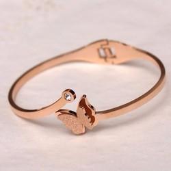Vòng tay ti-tan con bướm phun cát màu vàng hồng - TN095