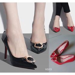 Giày cao gót mũi nhọn đính tag