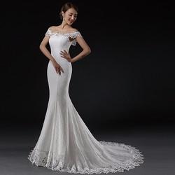 Váy cưới đuôi cá, trễ vai có đính đá, ren hết thân áo