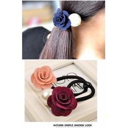 Cột tóc hoa hồng và ngọc trai lớn
