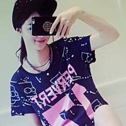 Bộ quần áo nữ thiết kế trẻ trung, phong cách năng động.