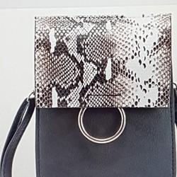 Túi đeo chéo nữ phối da rắn, phong cách sành điệu, cá tính.