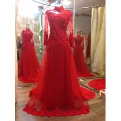 Áo dài cưới màu đỏ, đi ren cùng màu đính pha lê, nổi bật