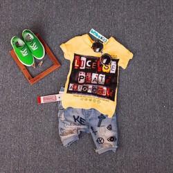 Bộ áo thun quần jean in chữ