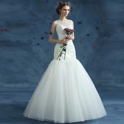 Váy cưới đuôi cá, có vai áo, thân ren tinh tế, tùng tua