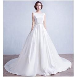 Áo cưới đuôi dài, hở lưng gợi cảm