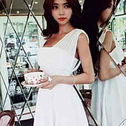 Đầm nữ thiết kế hiện đại, phong cách trẻ trung cá tính.