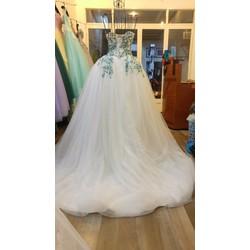 Váy cưới cúp ngực, ren màu xanh kim tuyến bắt mắt