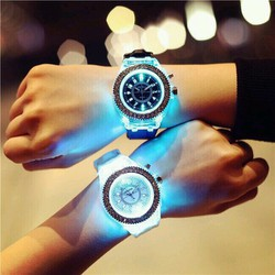 Đồng hồ phát sáng dạ quang