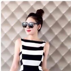 Đầm body sọc ngang trắng đen giống Bạch Nguyễn