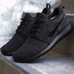 Giày thể thao sneaker nữ RosheRun triple màu đen cá tính