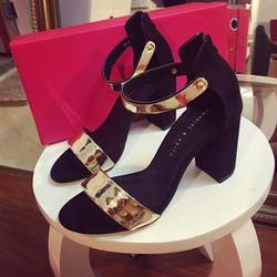 Giày gót vuông quai vàng