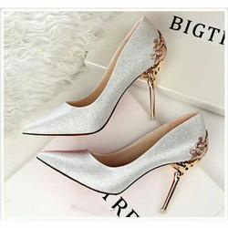 Giày gót khắc hoa văn tinh tế da kim tuyến V01- màu trắng sang trọng