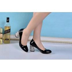 Giày đế vuông tạo nên sự chắc chắn và xinh xắn cho đôi chân bạn
