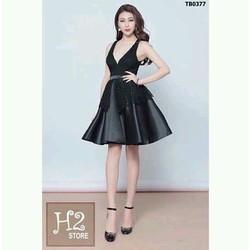 Đầm xoè đen phối ren cổ tim