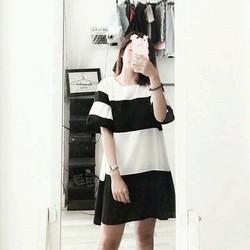Đầm sọc đen trắng kèm quần mặc trong