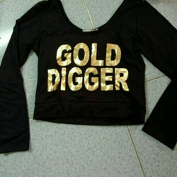 Áo croptop chữ nhũ vàng