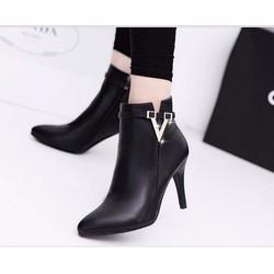 Giày boot cao gót mũi nhọn khóa v