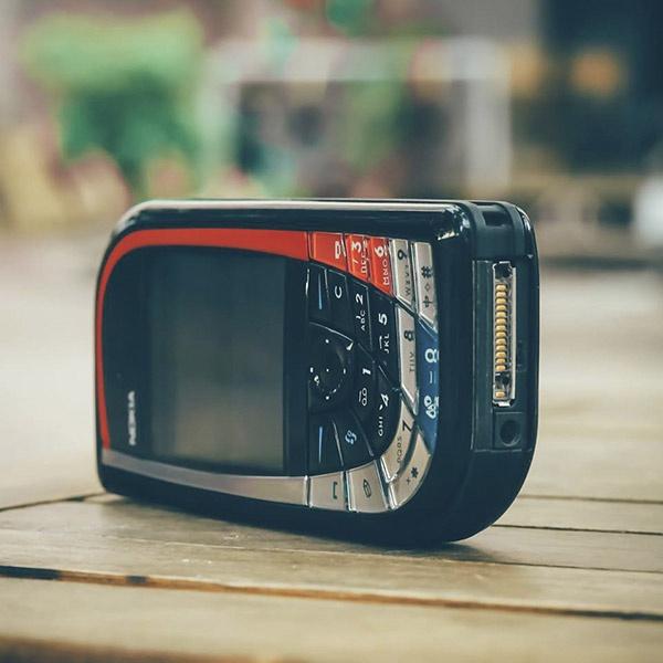 Nokia 7610 hay còn gọi là chiếc lá lớn