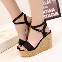 Giày sandal vân gỗ quai cài đan chéo cổ chân