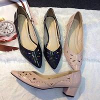 Giày bít hoa văn trơn gót vuông 5p