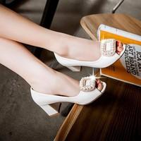 Giày đế vuông đính ngọc trai