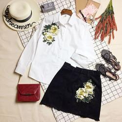 Set áo sơ mi trắng tay dài đính hoa ngực và chân váy jeans gấu xé