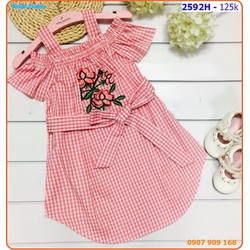 Đầm sơmi caro bẹt vai thêu hoa sành điệu cho bé