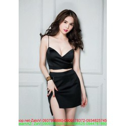 Set bộ áo croptop 2 dây và chân váy ngắn xẻ tà Ngọc Trinh