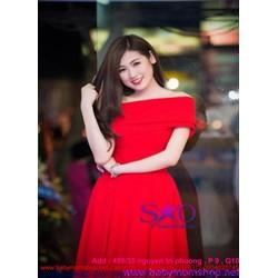 Đầm xòe màu đổ bệt vai ngang sang trọng và nổi bật