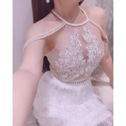 Đầm cổ yếm trắng trễ vai kết chuỗi phối hoa