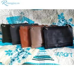 Túi đeo với kiểu dáng nắp gập đơn giản