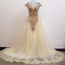 Váy cưới dáng suông màu kem, ren vàng đồng đính sang trọng