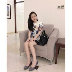 Đầm suông trắng in hoa lai viền đen