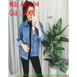 Áo khoác jean nữ bẻ giả nắp túi kiểu túi chéo phong cách AKJ194