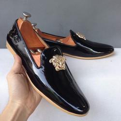 Giày mọi nam đế vàng da đen bóng khóa logo