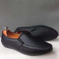 Giày mọi nam thiết kế mới màu đen sần giá bán tốt hơn