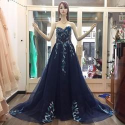 Váy cưới dáng xòe cúp ngực, màu xanh đậm ren nhánh lá dễ thương