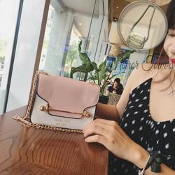 Túi xách thời trang đeo chéo màu hồng gắn thanh chắn cực sang trọng
