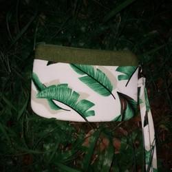 VIP67 - Pretta Ví Cầm Tay Handmade Họa Tiết Chiếc Lá
