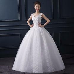 Áo cưới thân ren có điểm đá xinh xắn, xòe như công chúa