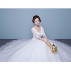 Váy cưới đơn giản, tay lửng thân ren, xòe xinh xắn