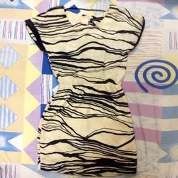 Đầm maxxstyle màu kem họa tiết viền đen - còn mới