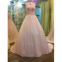 Áo cưới hồng nhẹ nhàng, xòe cổ kín, thân ren đính pha lê